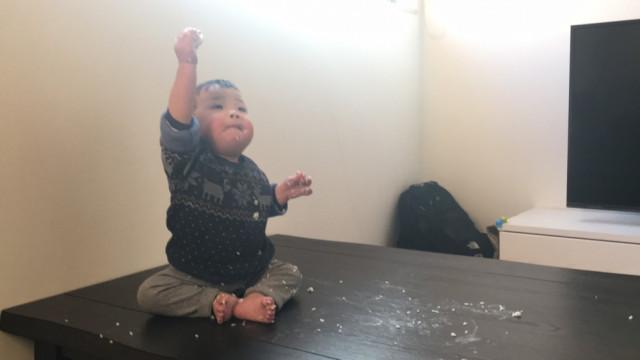 米と戯れる息子