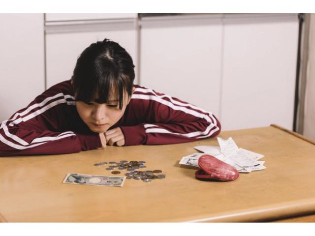 経済的な不安から疲れる